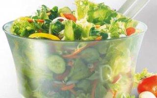 Tout en plastique, le panier de l'essoreuse à salade Leifheit ComfortLine 23200 accueille différentes préparations culinaires
